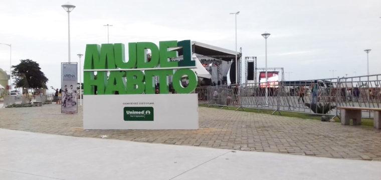 """Letreiro """"Mude 1 Hábito"""" vira atração para visitantes de Marataízes"""