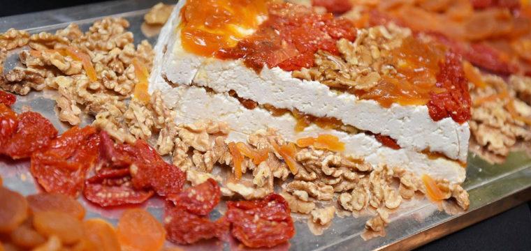 Terrine de Queijo com nozes, damasco e tomate seco