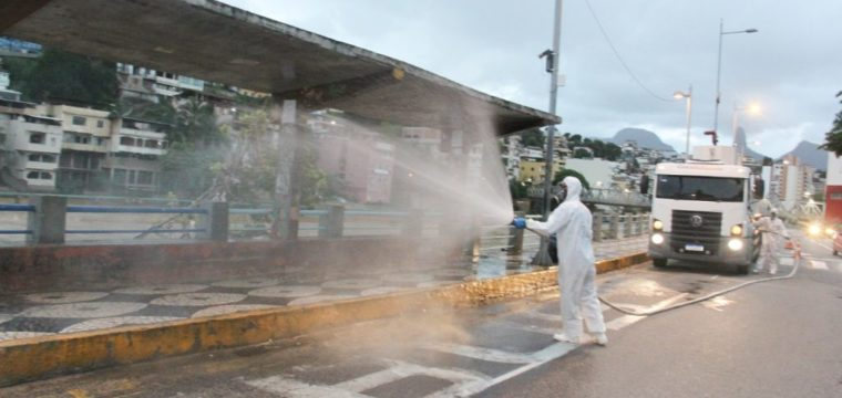 Espaços públicos e unidades de saúde são higienizados com produto desinfetante
