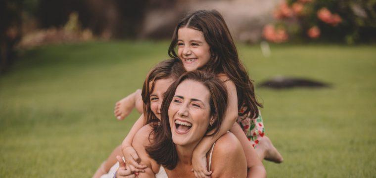 Roberta Friço e as pequenas Sarah e Luísa