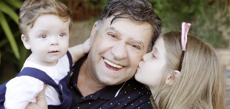 Vovô Elson e os netinhos Alice e Felipe