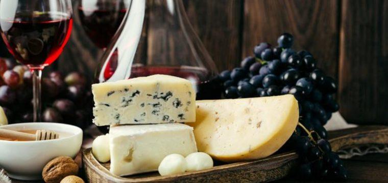Conheça as melhores combinações de queijos e de vinhos