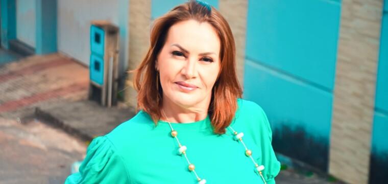 A belíssima empresária Adriana Vieira