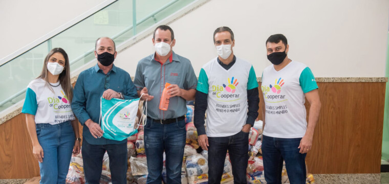 Voluntários do Sicoob Credirochas arrecadam  alimentos para ajudar quase  3 mil pessoas no ES e no RJ